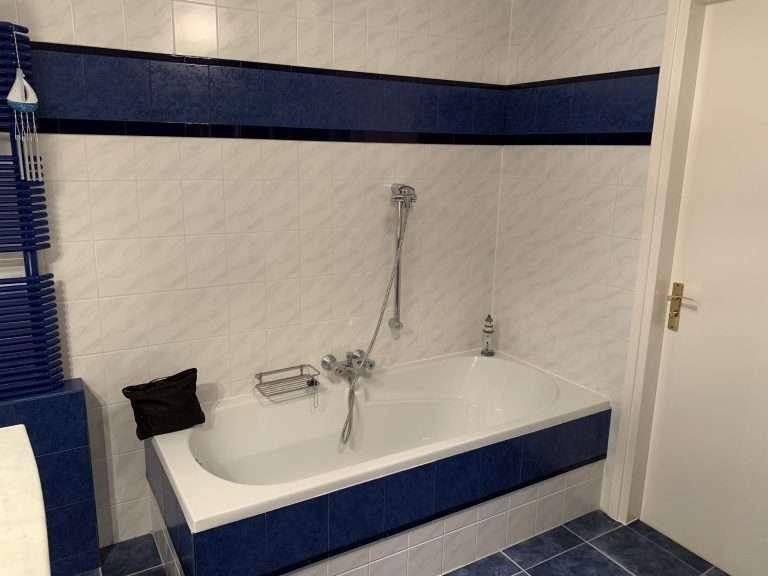 Ligbad in de badkamer